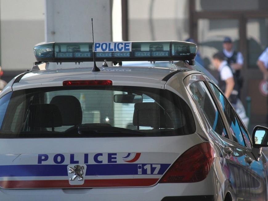 Trois véhicules de police tagués à Lyon