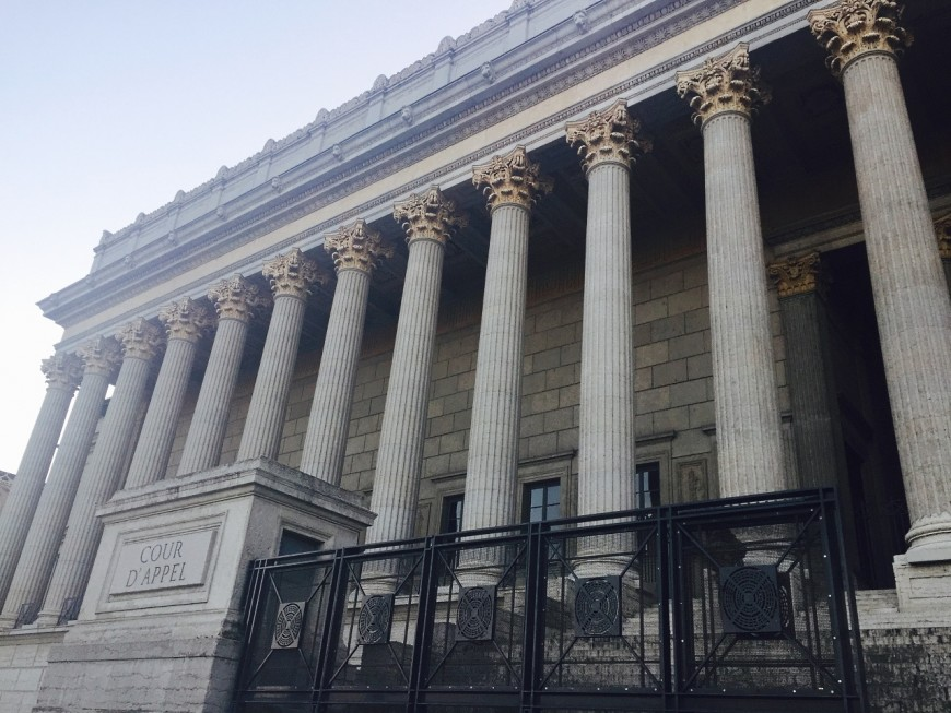 Autisme : le palais de justice illuminé, un flashmob à Lyon