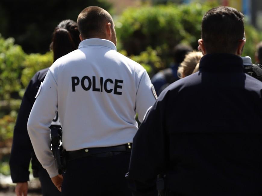 Des policiers devant l'hôpital où se trouve leur collègue renversé à Bron