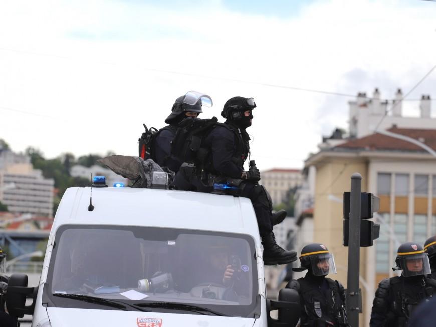 De crainte d'être contaminés par le Covid-19, des CRS lyonnais ont dormi dans leurs camions