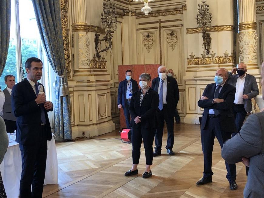 Lyon : Gérard Collomb accueille Olivier Véran avec un masque chirurgical