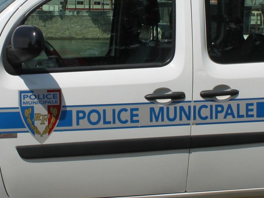 Les voleurs s'attaquent à un véhicule de police puis brûlent leur butin