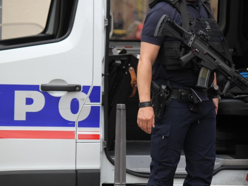 Un homme maîtrisé et blessé par le tir d'un policier près de Lyon
