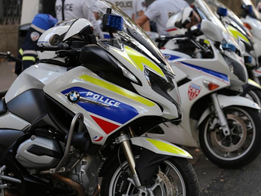 Poursuivi par une patrouille, un homme percute un policier à moto