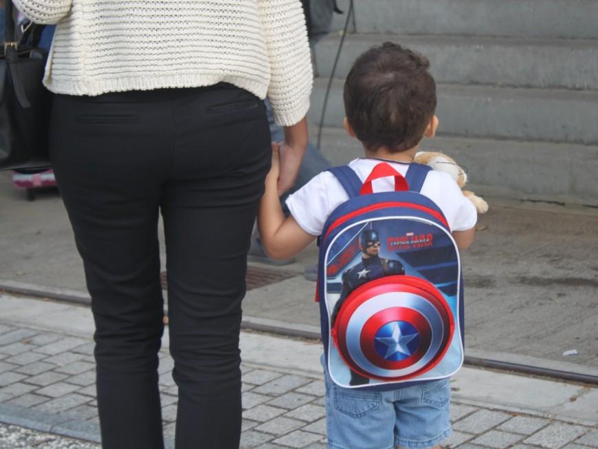 En plein centre-ville, il s'exhibe devant deux écoliers