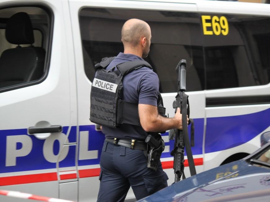 Vaulx-en-Velin : des hommes font feu sur une voiture