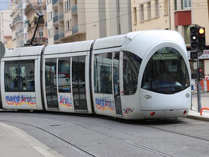 Lyon : il ennuie une femme dans le tramway puis sort un cutter pour repousser ceux qui s'interposent
