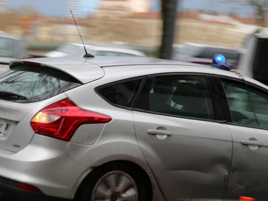 Lyon : un quadragénaire brise la vitre d'un véhicule de police