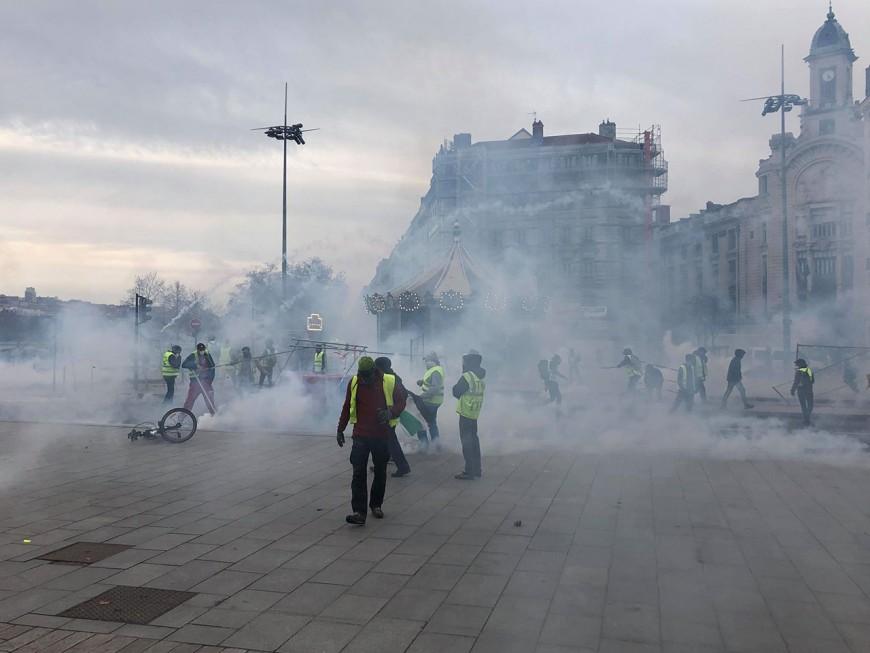 Heurts et lacrymogènes : les gilets jaunes ont repris du poil de la bête à Lyon