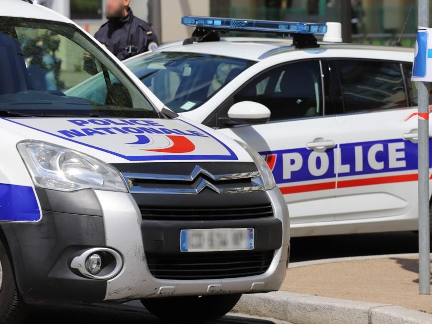 Lyon : sans permis sur une moto volée, il percute deux voitures de police