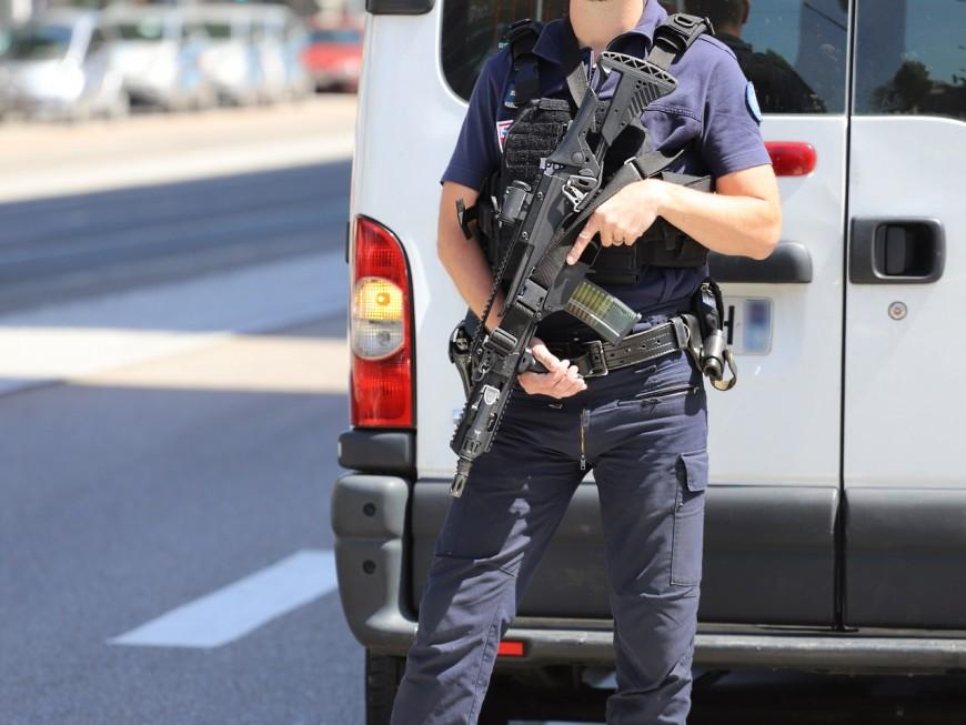 Un lance-roquettes découvert dans le coffre d'une voiture près de Lyon
