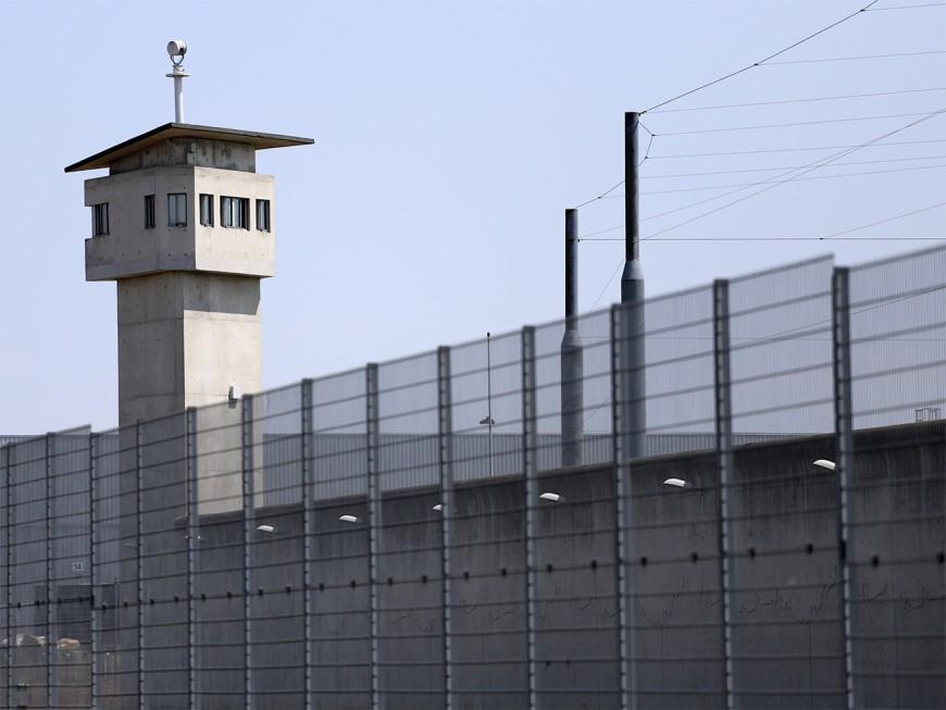 Une jeune femme surprise en train de découper le grillage de la prison de Villefranche-sur-Saône