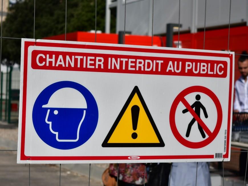 Lyon : un camion de chantier menace de se renverser