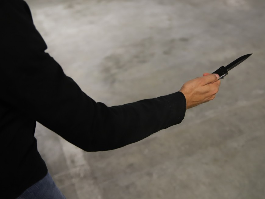 Lyon : couteau contre pistolet de défense pour une histoire de dette