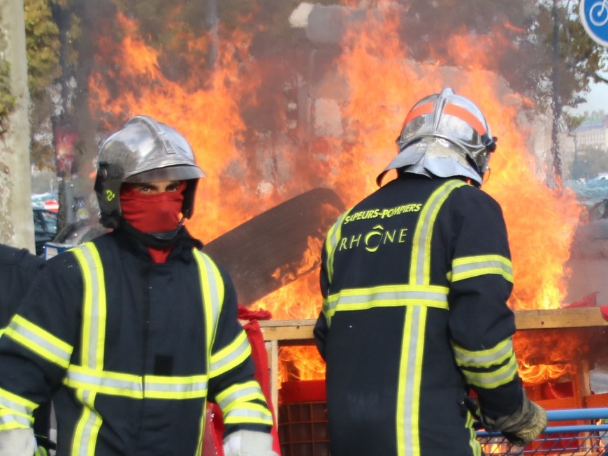 Deux pompiers intoxiqués dans l'incendie d'une maison au nord de Lyon