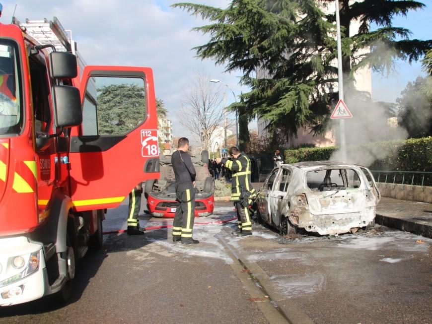 Vénissieux : des feux de voitures et de poubelles à l'aube ce dimanche