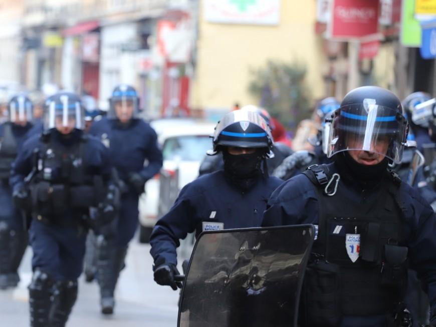 """Lyon : le gilet jaune lance un cocktail Molotov sur la police """"parce qu'on lui a demandé"""""""