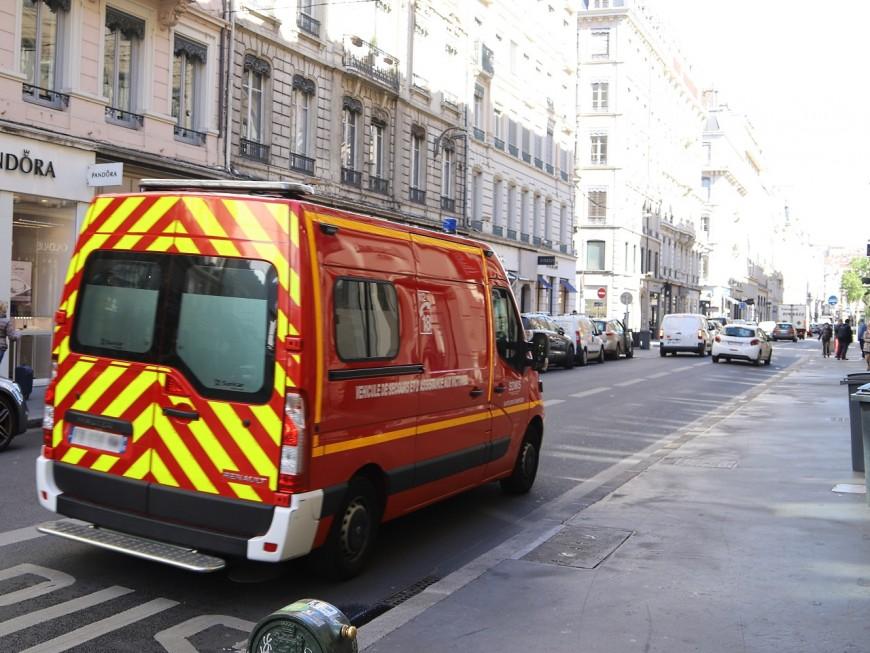 Lyon: des tôles de toiture s'envolent à cause du vent