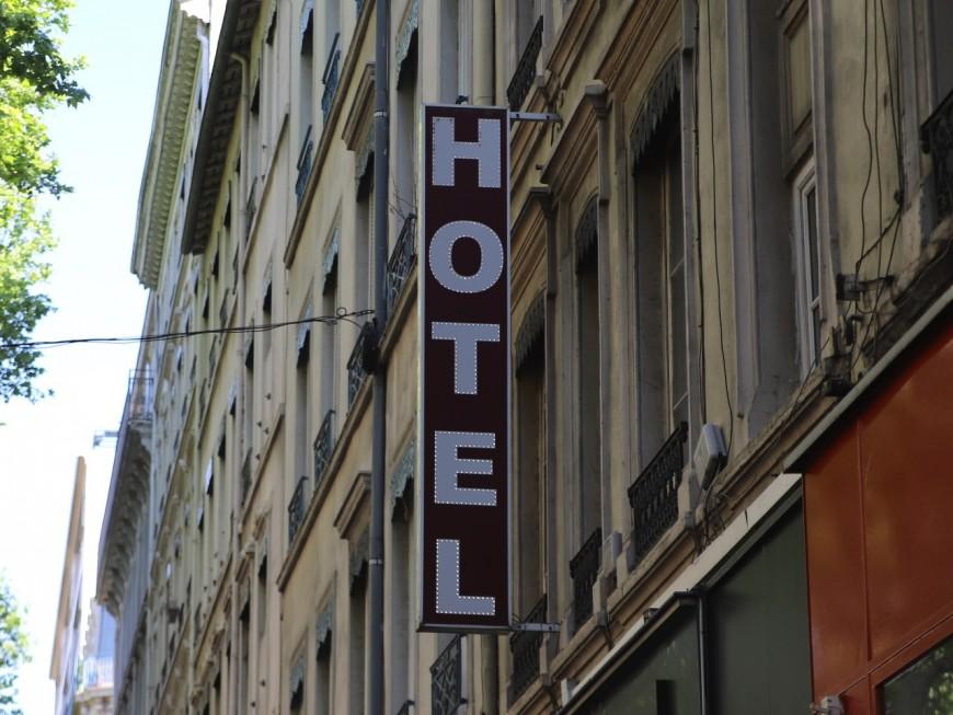 Des hôtels orientent leurs clients vers des VTC, les taxis se déchaînent