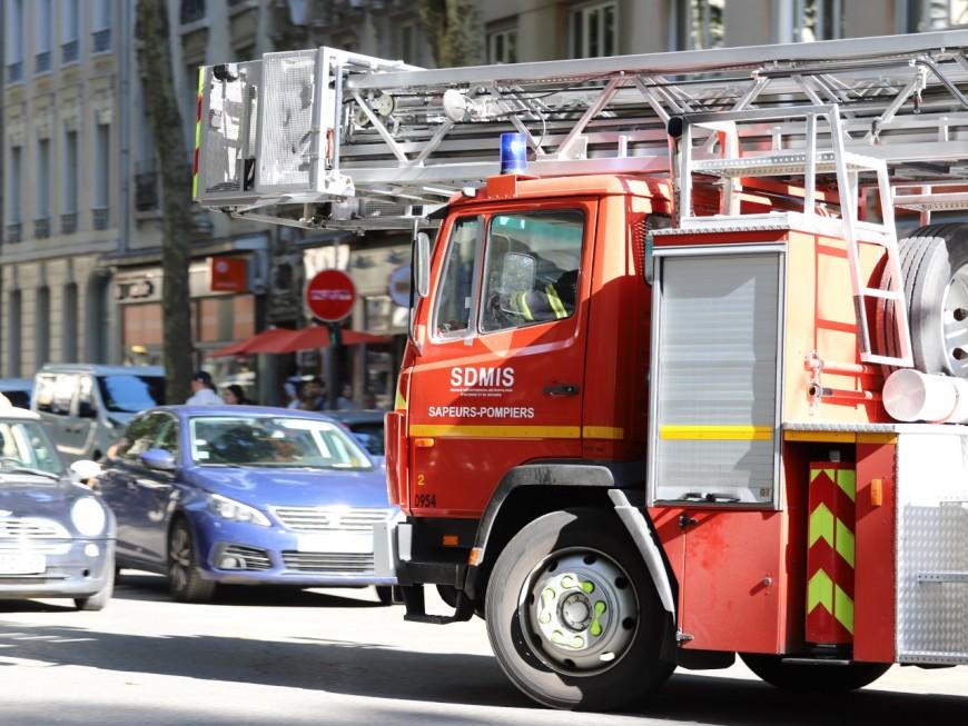 Lyon : un gros incendie devant le lycée lumière ce mercredi matin