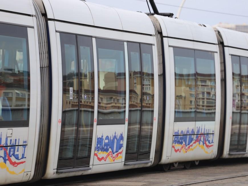 Lyon : le passager frappe un homme qui fume dans la rame de tramway