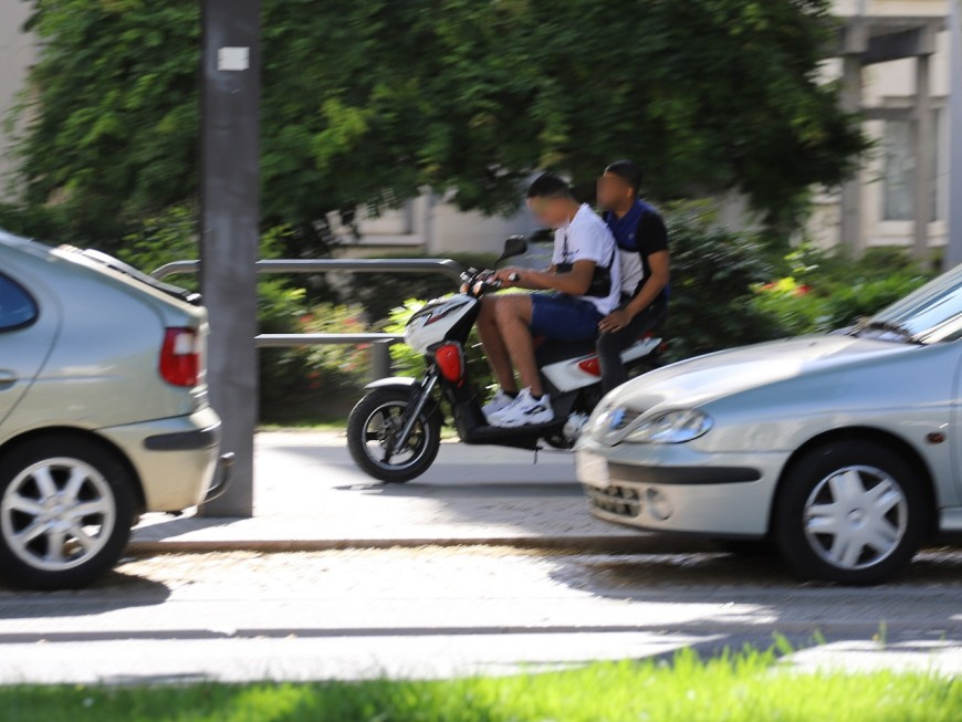 Près de Lyon, le mineur tente de percuter une policière avec son scooter volé