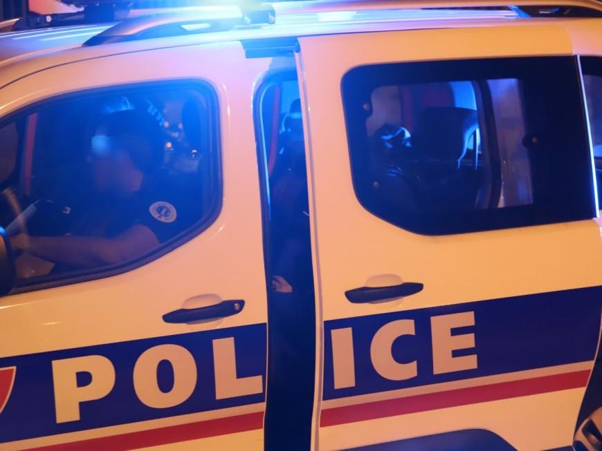 La police caillasséeet une voiture brûlée près de Lyon