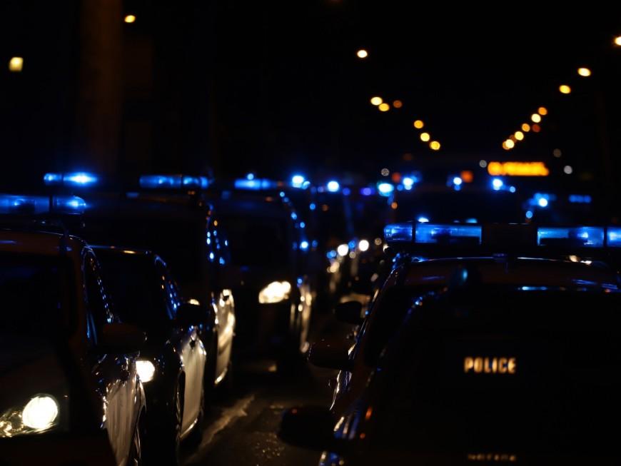 """Lyon: des dizaines de policiers """"ni racistes ni violents"""" manifestent devant la préfecture du Rhône"""