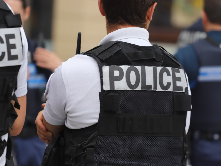 Vaulx-en-Velin: il fuit les policiers, trébuche, et laisse tomber drogues et argent au sol