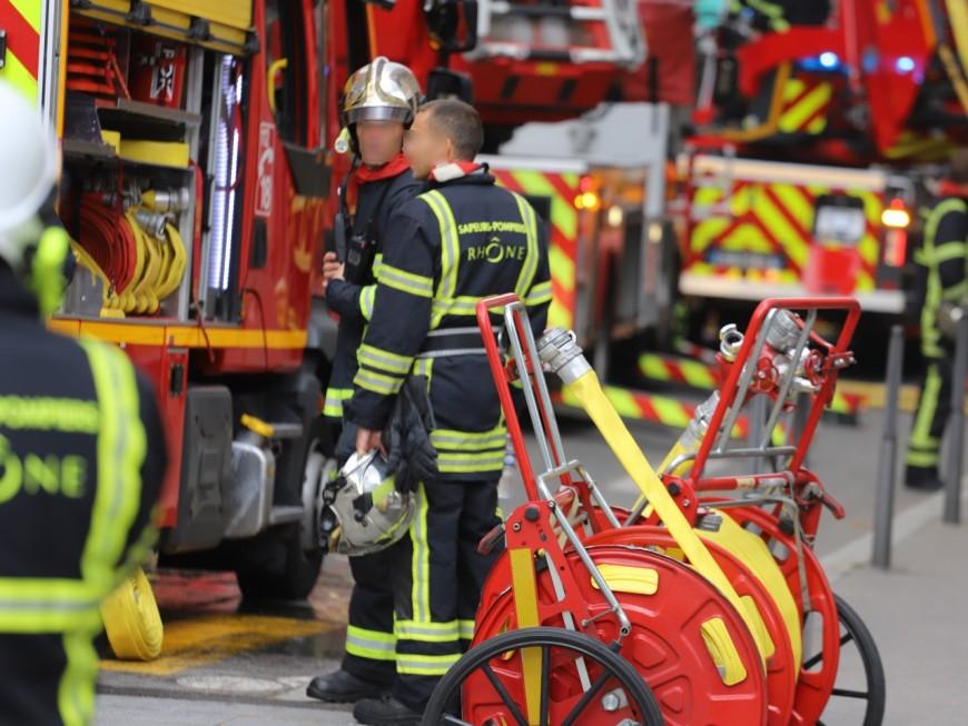Une maison ravagée par les flammes près de Lyon