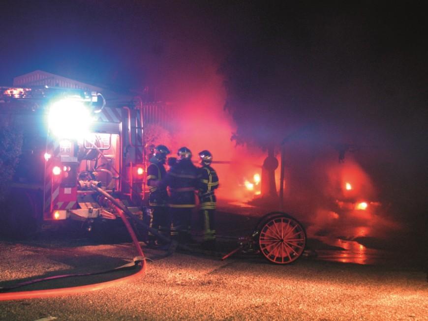 Deux maisons ravagées par les flammes près de Lyon