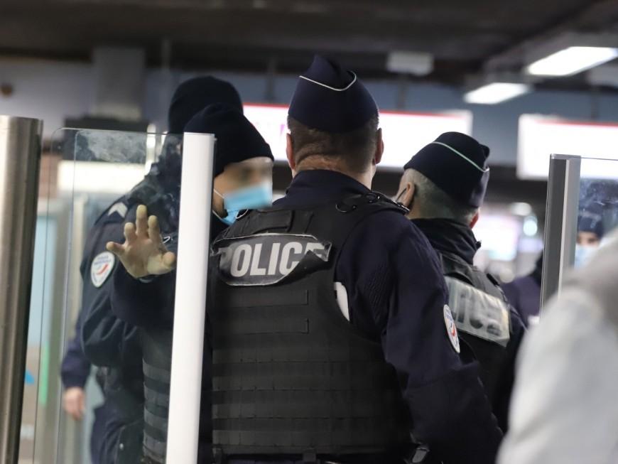 Lyon: agressé dans le métro, un policier en civil dégaine son arme