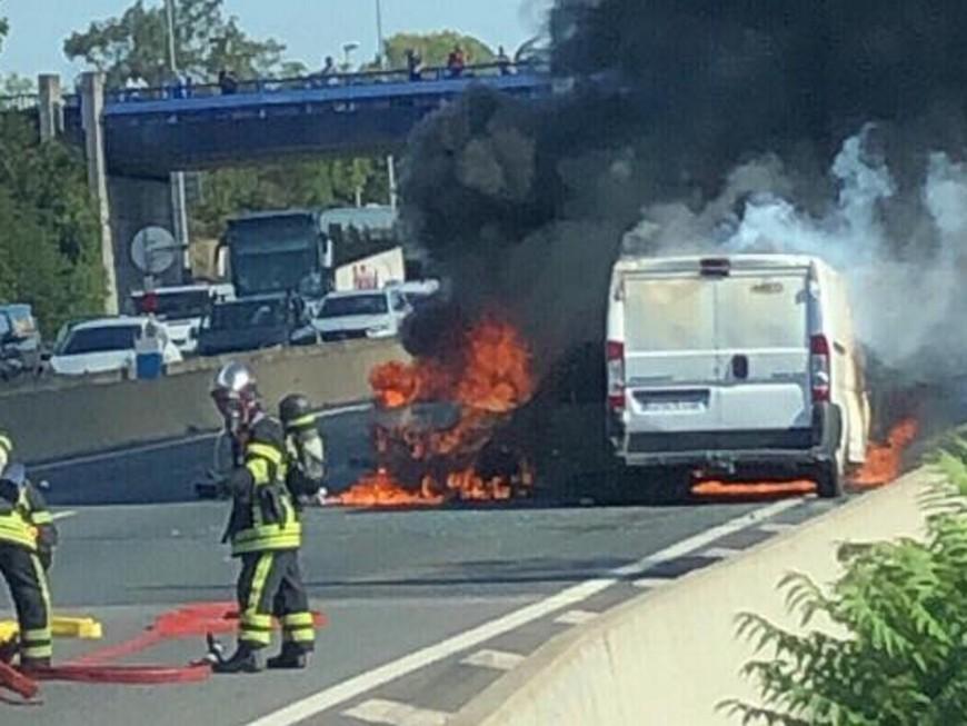 Lyon : trois voitures en feu sur le périph' nord, quatre blessés légers