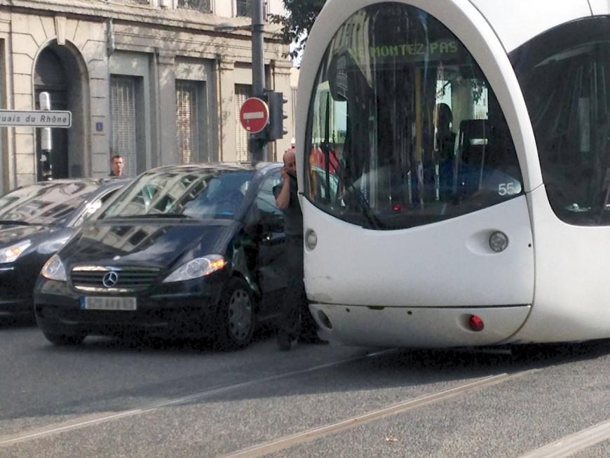 Collision entre un tram et une voiture à Confluence