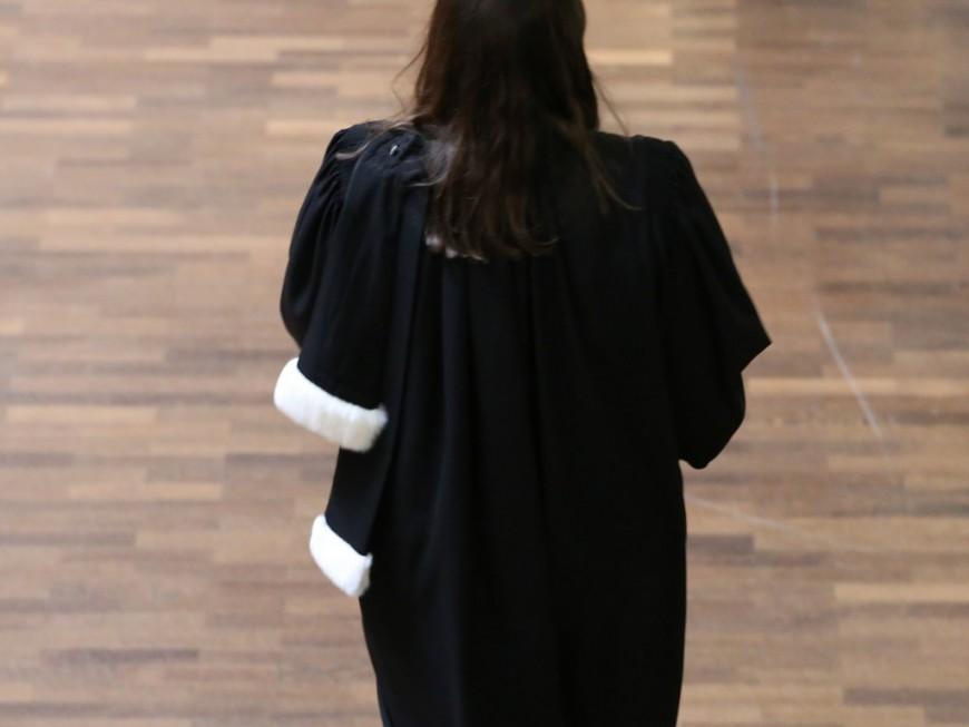 Un an de prison ferme pour avoir insulté une magistrate et craché sur des policiers