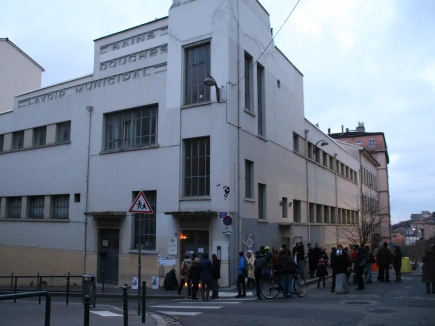 Lyon : une cinquantaine de personnes mobilisées contre la fermeture des bains douches