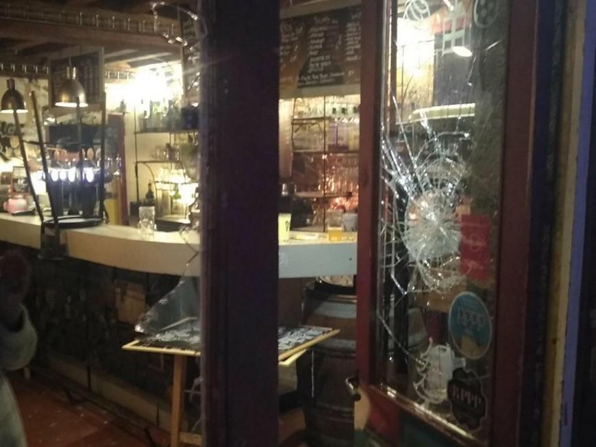 """Bar pris pour cible à Lyon : """"Nous avons pensé à une attaque terroriste"""""""