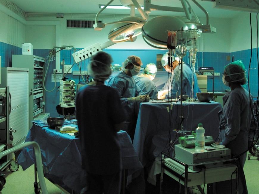 L'hôpital de la Croix-Rousse à Lyon poursuit sa mobilisation contre le transfert de son service de greffe du foie