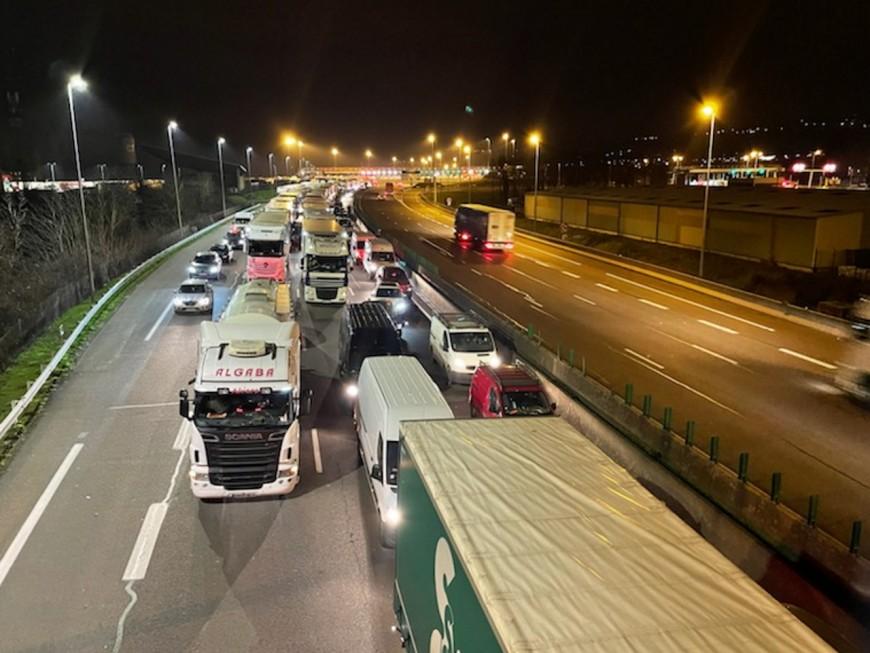 Un camion se renverse sur l'autoroute, l'A6 coupée au nord de Lyon