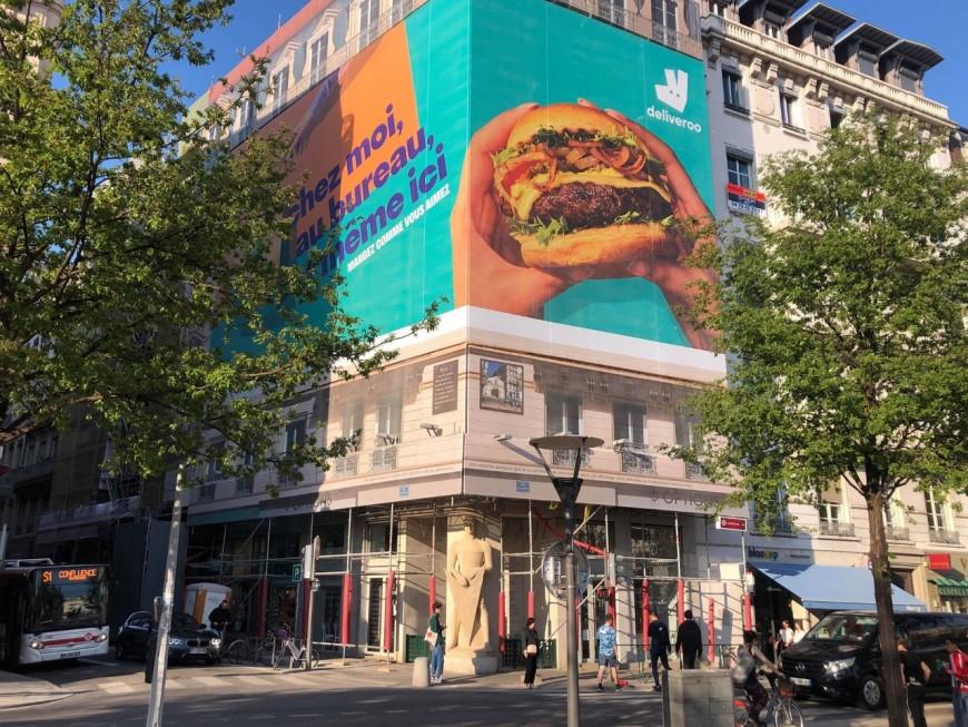 Deliveroo promet de retirer l'immense burger au-dessus du Veilleur de Pierre - VIDEO