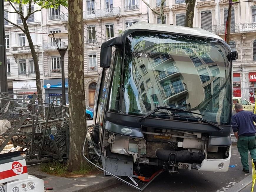 Un bus TCL finit sa course dans le décor à Lyon