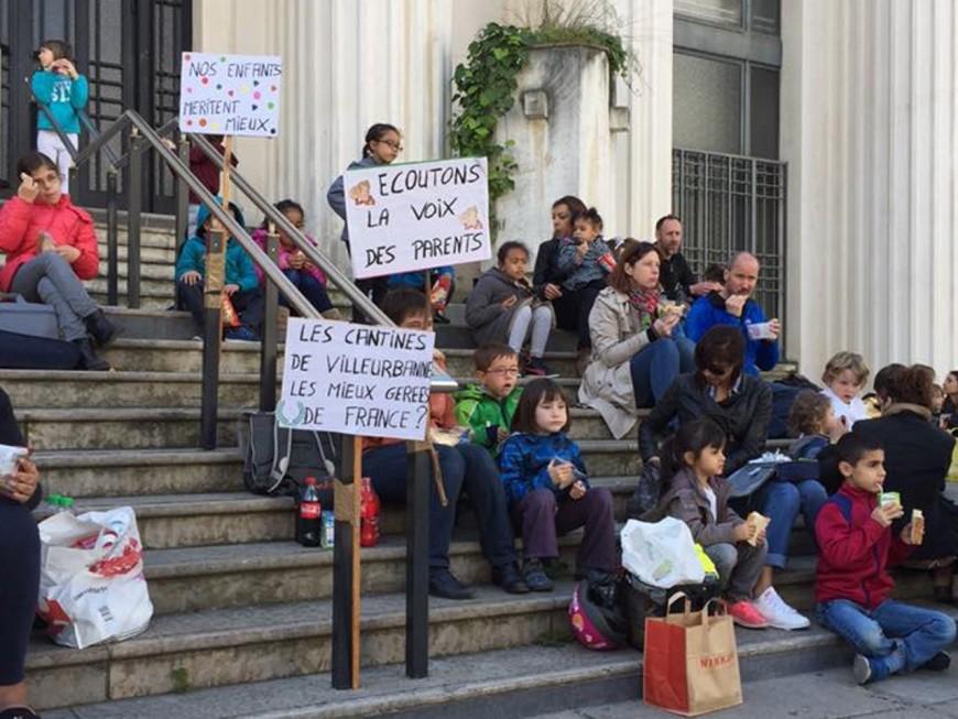 Grève des cantines à Villeurbanne : une centaine de parents et d'enfants pique-niquent devant la mairie