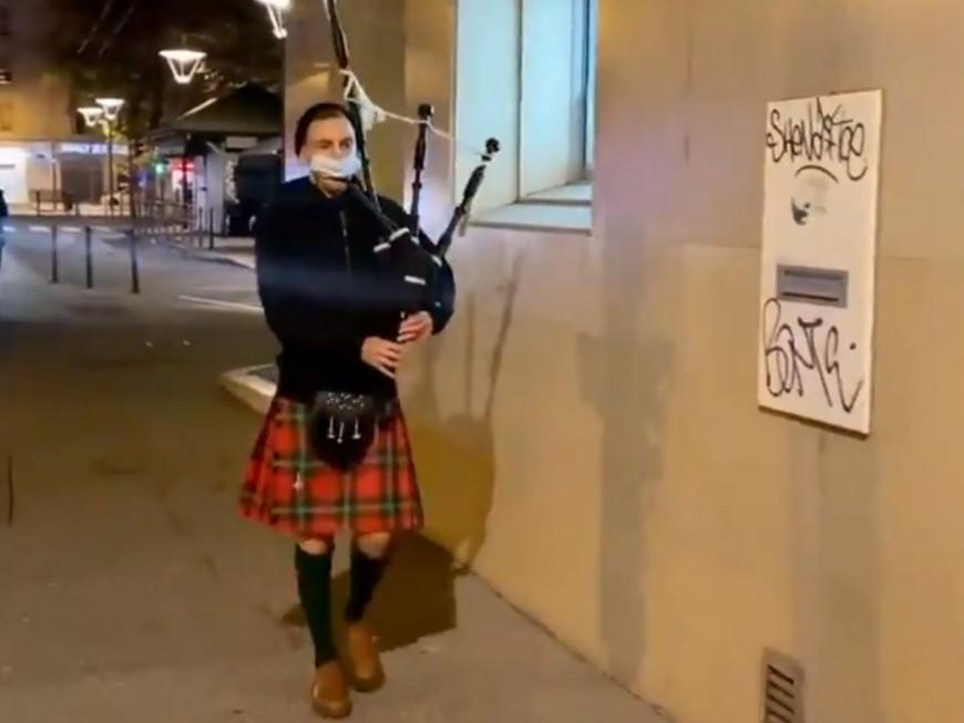 Lyon : un homme joue de la cornemuse dans la rue pour annoncer l'heure du couvre-feu
