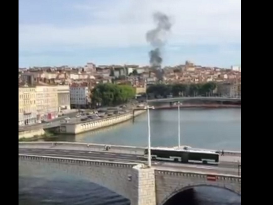 Une épaisse fumée noire repérée au-dessus de Lyon ce mardi