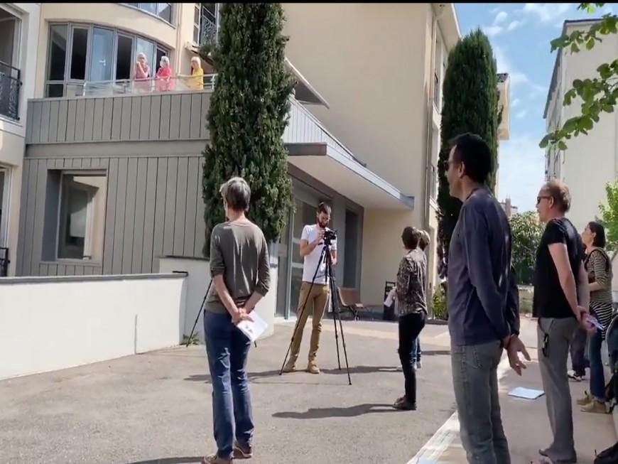 Lyon: une chorale vient chanter devant une maison de retraite