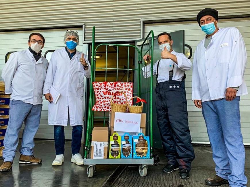 Les équipes de Walibi Rhône-Alpes distribuent des œufs en chocolat au personnel soignant