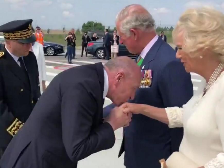 Les petites erreurs de protocole de Gérard Collomb lors de son baisemain à Camilla - VIDEO