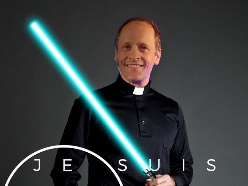 """""""Je suis ton père"""" : un prêtre lyonnais célèbre Star Wars, sabre à la main"""