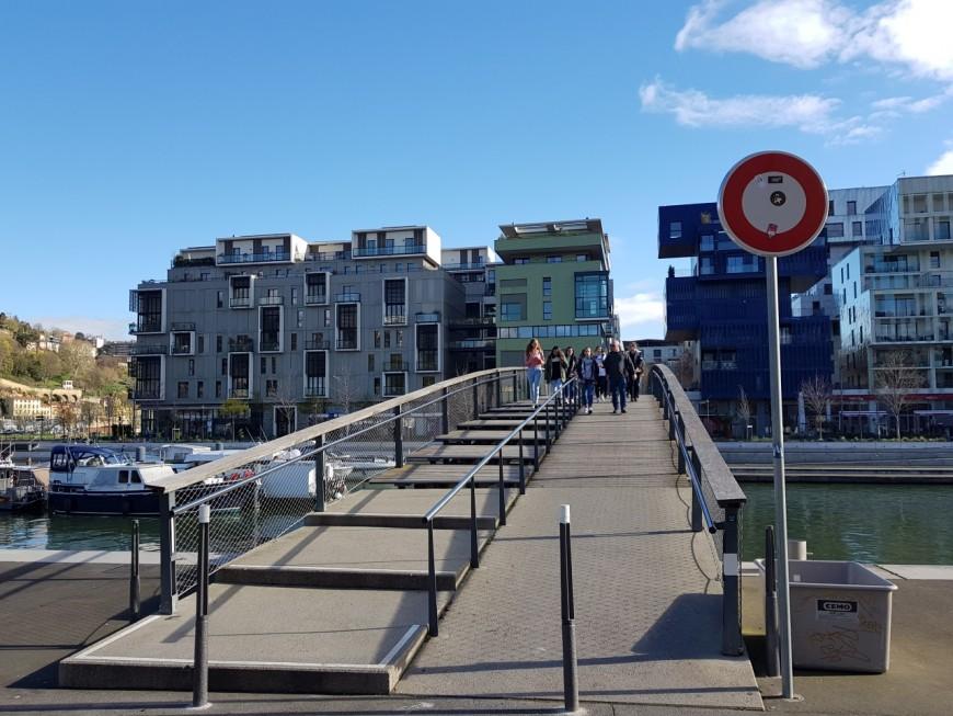 Circuler à vélo sur la passerelle de la darse de Confluence : c'est terminé !