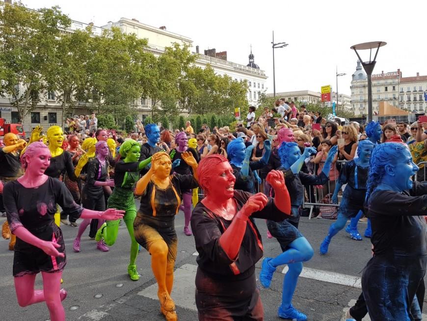 230 000 spectateurs dans les rues de Lyon pour le défilé de la biennale de la danse
